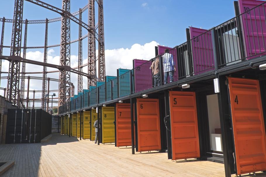 Двухэтажное строение из контейнеров