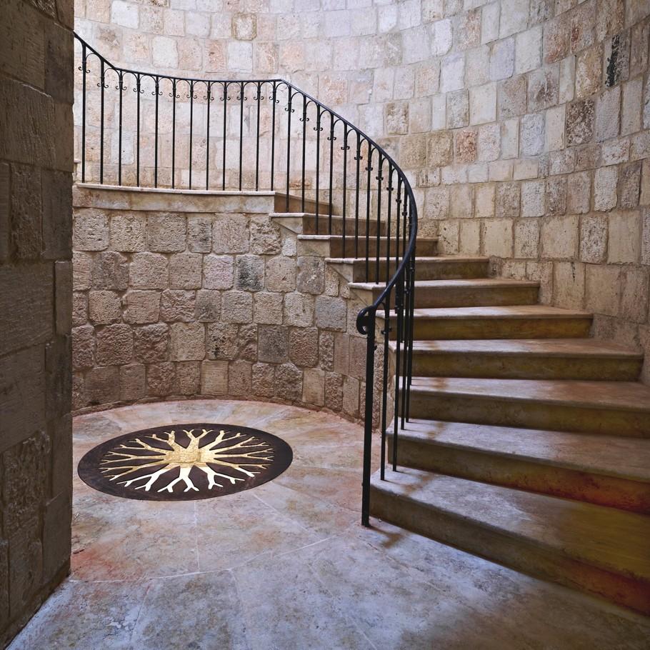 Лестница из камня с чугунными перилами