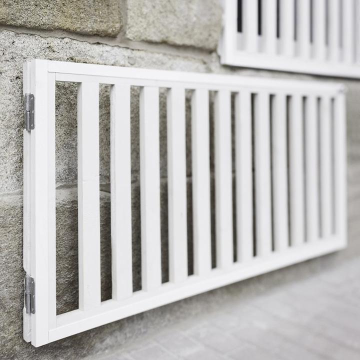 Забор подчеркивает фасад стоматологической клиники