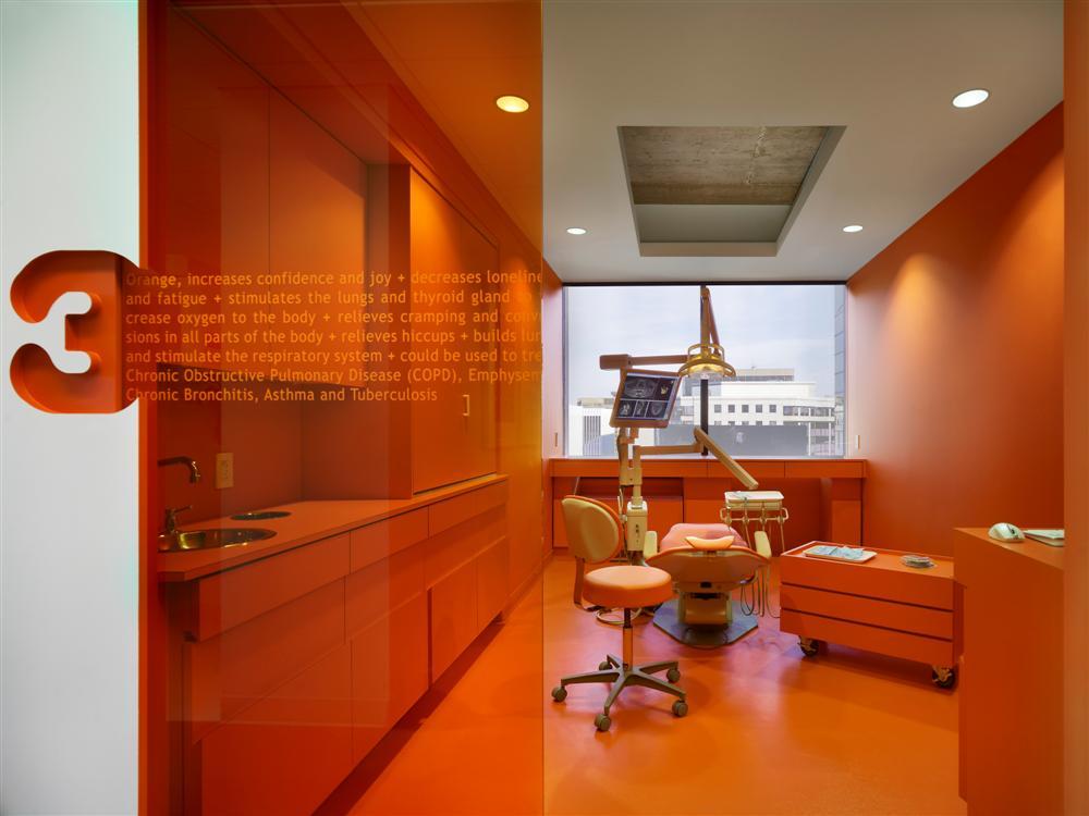 Интересный и яркий дизайн стоматологического кабинета