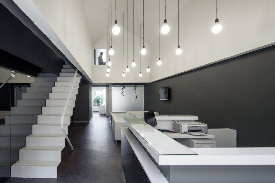 Интерьер стоматологического кабинета в серо-белом цвете