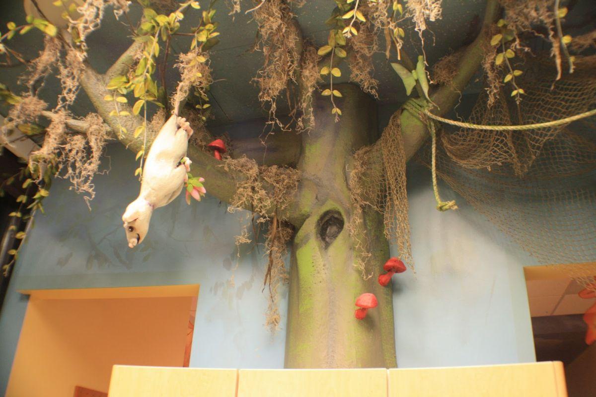 Веселый декор стен игрушечными зверюшками в детском стоматологическом кабинете