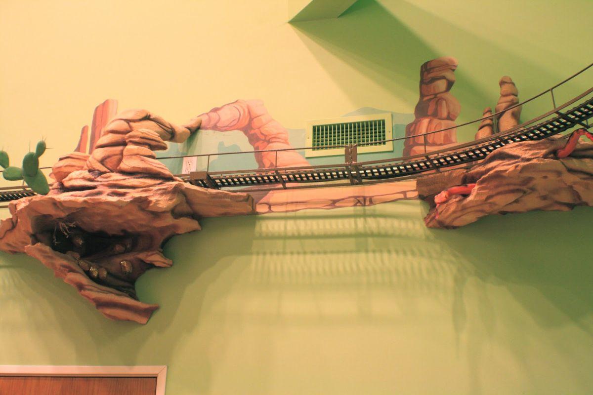 Декор стен в виде железной дороги в детском стоматологическом кабинете