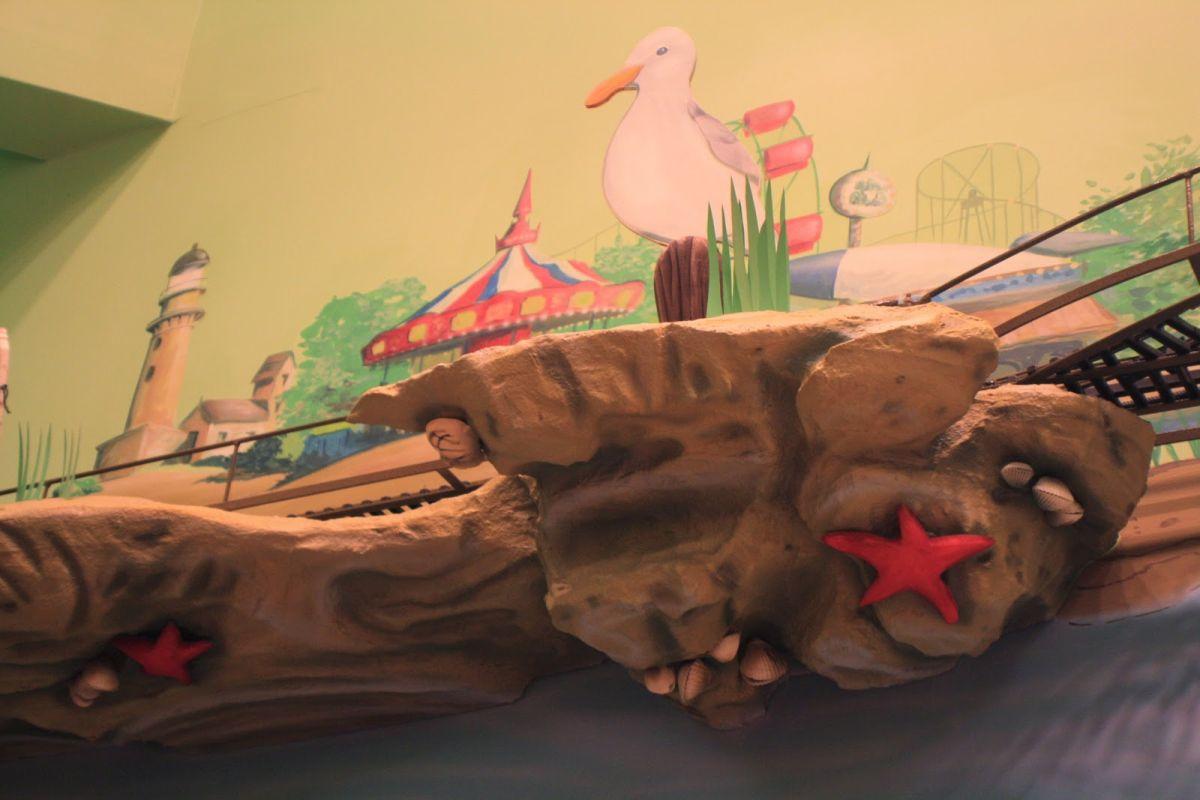 Веселый декор стен рисунками в детском стоматологическом кабинете