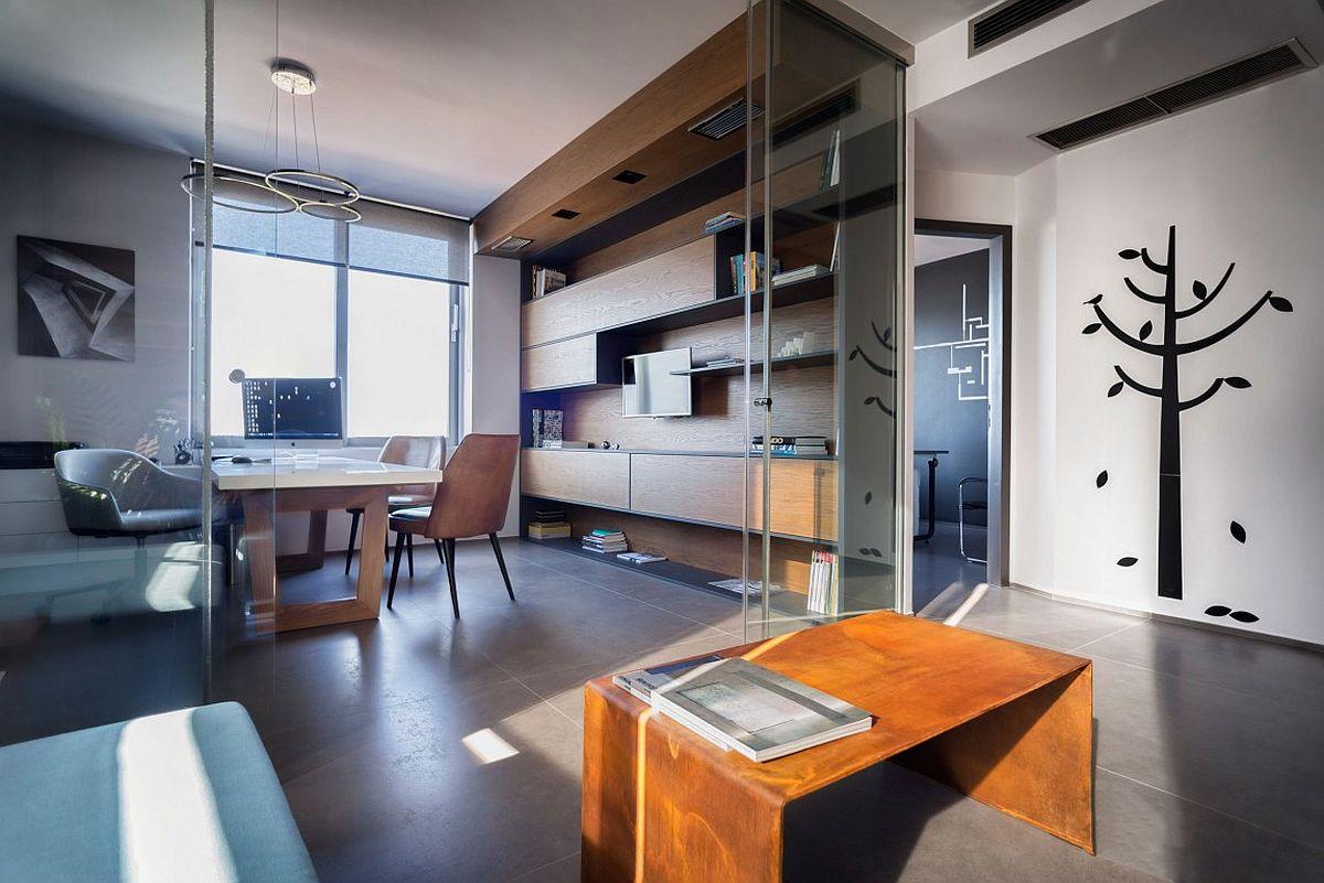Дерево в интерьере офиса с видом на Ионическое море: стеклянные двери
