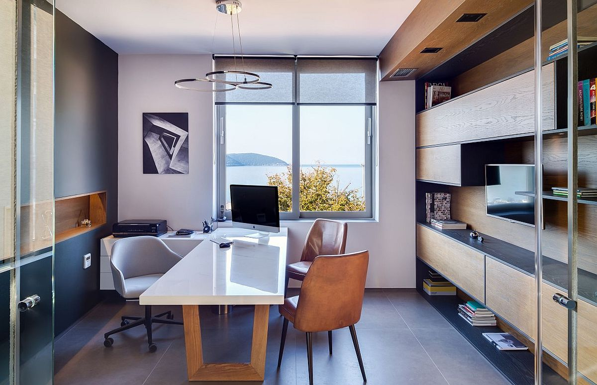 Дерево в интерьере офиса с видом на Ионическое море: вид на море