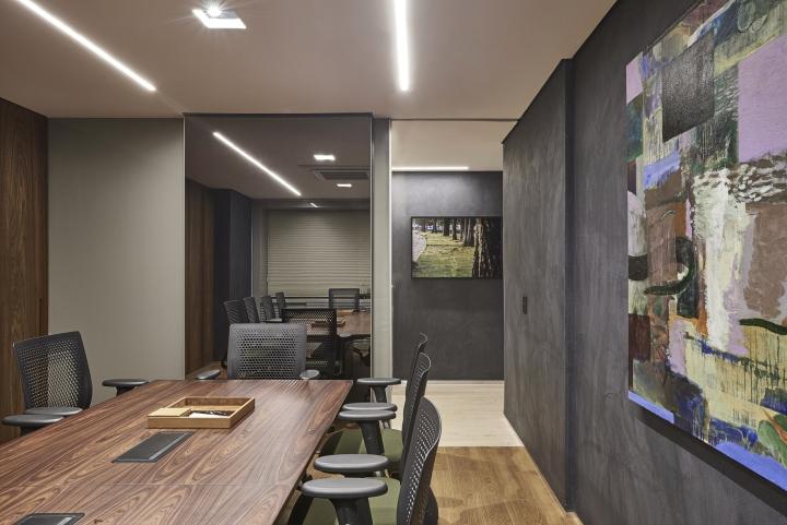 Деревянная отделка офиса в городе Нова Лима - картины на стенах