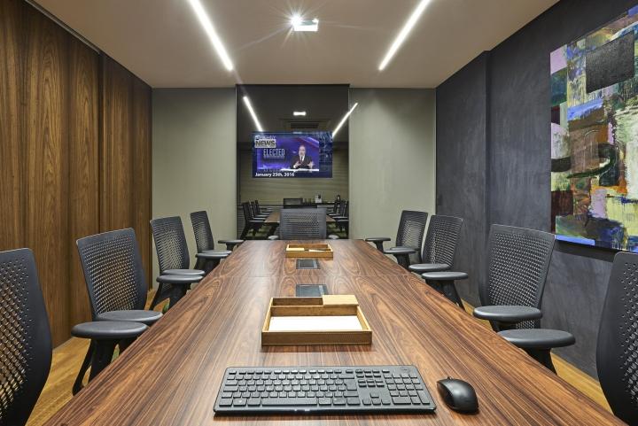 Деревянная отделка офиса в городе Нова Лима - зеркало в интерьере