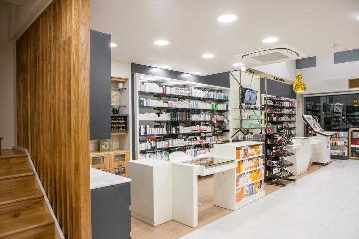 Дизайн аптеки: деревянная лестница