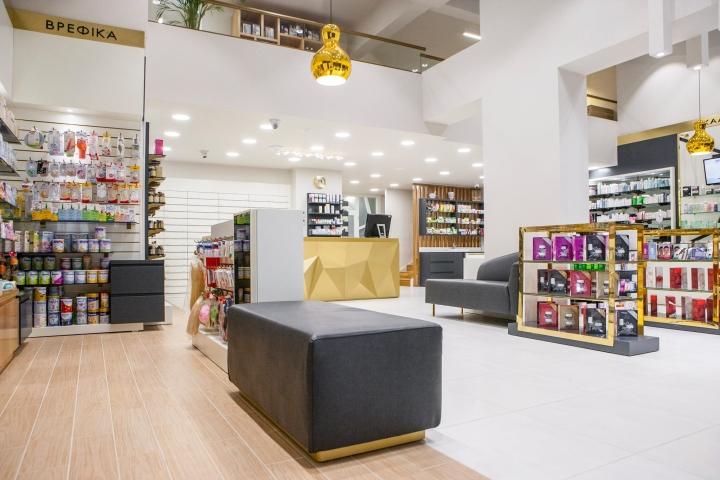 Дизайн аптеки: белый интерьер с золотыми акцентами