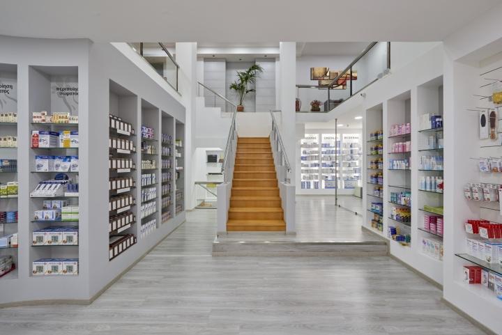 Дизайн аптеки: лестница на второй этаж