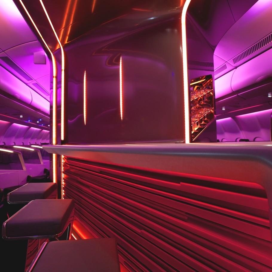 Яркий дизайн бара в самолёте VIP класса Virgin Atlantic