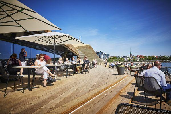 Дизайн финской сауны: столики для посетителей