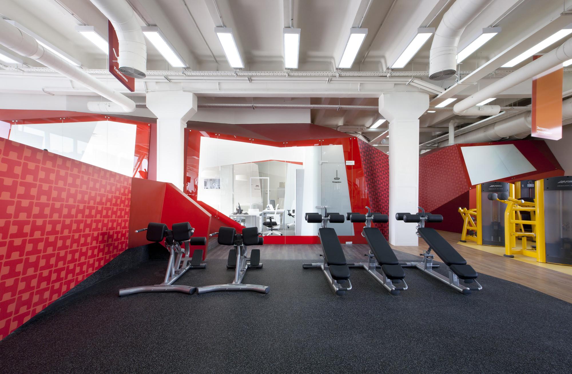 Дизайн фитнес-клуба с красным акцентом