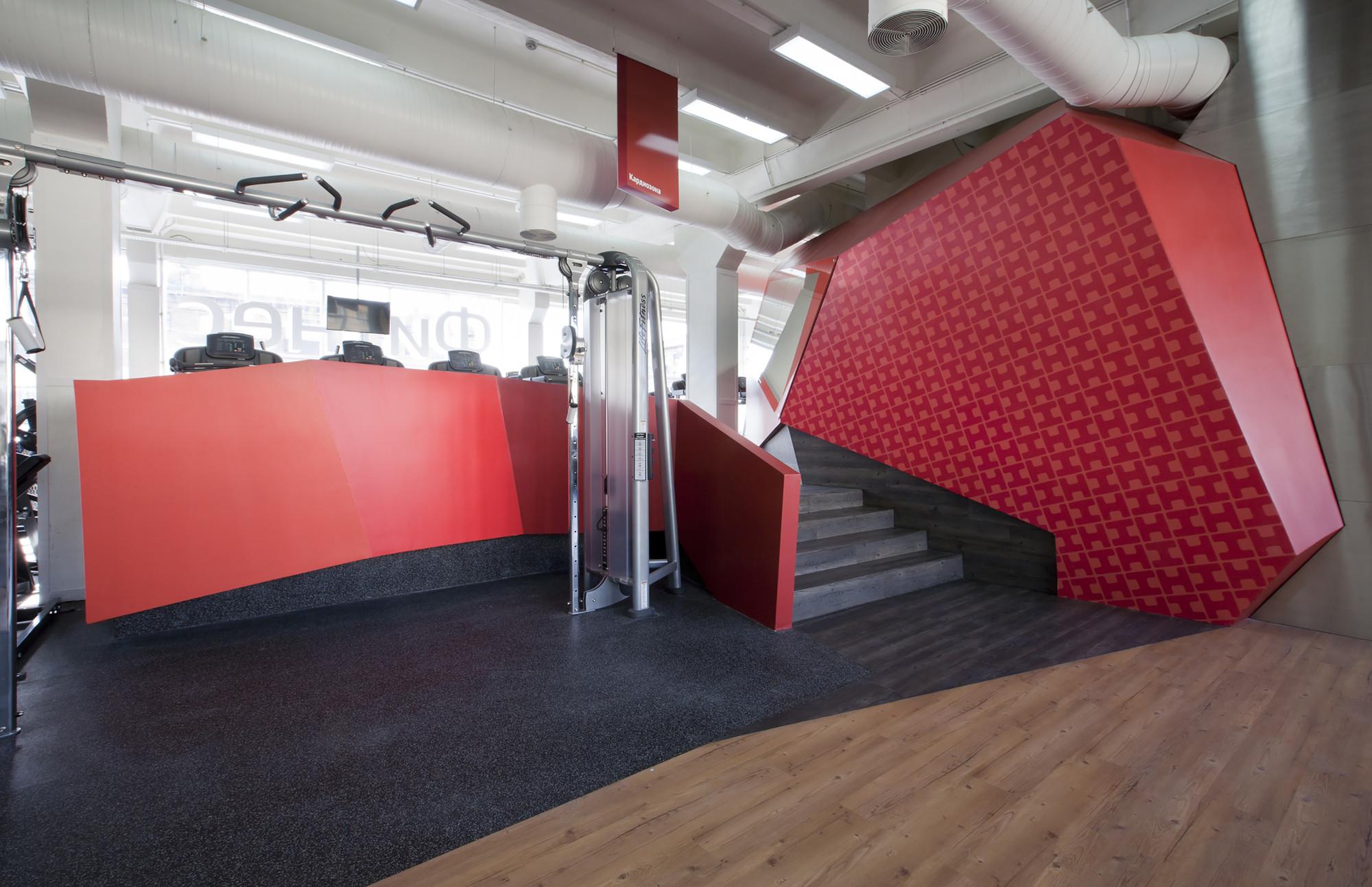 Дизайн фитнес-клуба: лестница на входе