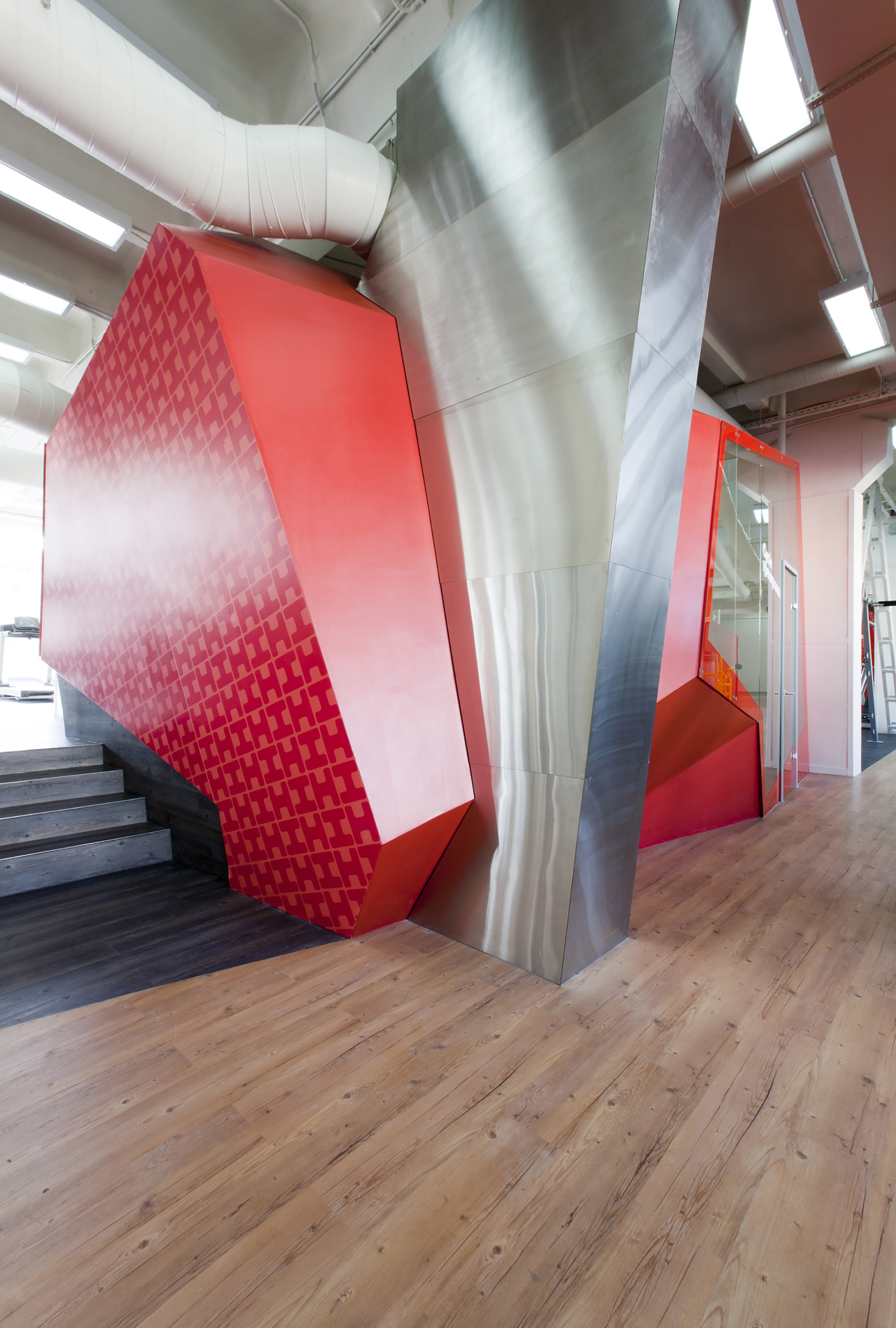 Дизайн фитнес-клуба: красные элементы интерьера