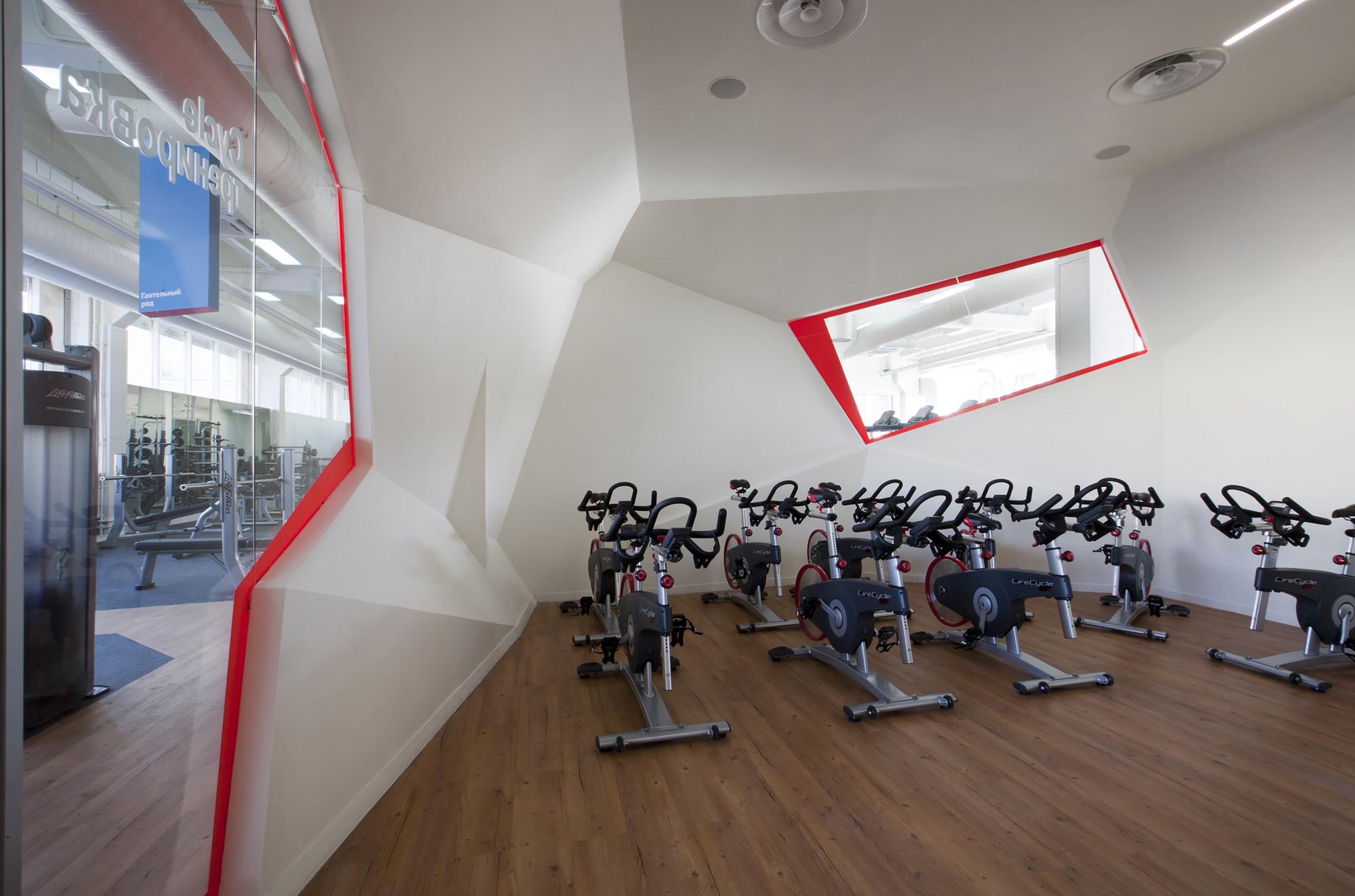 Дизайн фитнес-клуба: тренажёрный зал с окном стоящим под углом