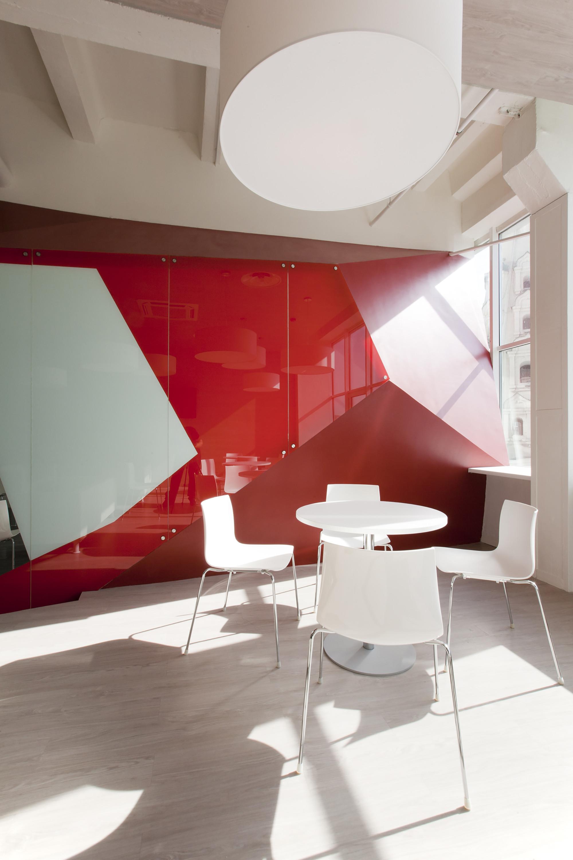 Дизайн фитнес-клуба: белый столик в зоне отдыха
