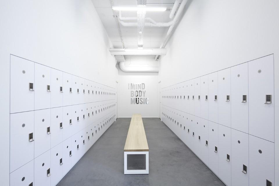 Белый интерьер раздевалки в фитнес клубе