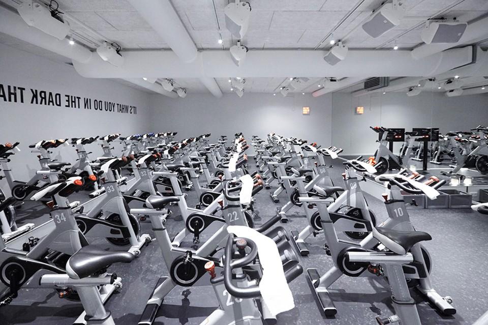 Белые стены в интерьере тренажерного зала фитнес клуба