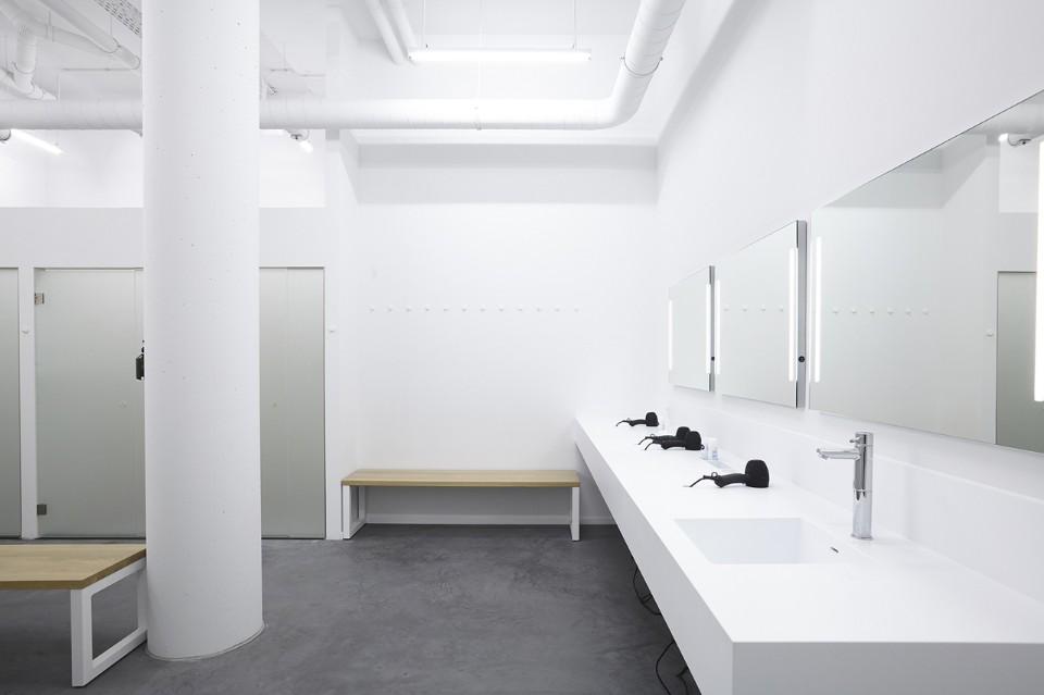 Минималистский дизайн уборной фитнес клуба в белом цвете