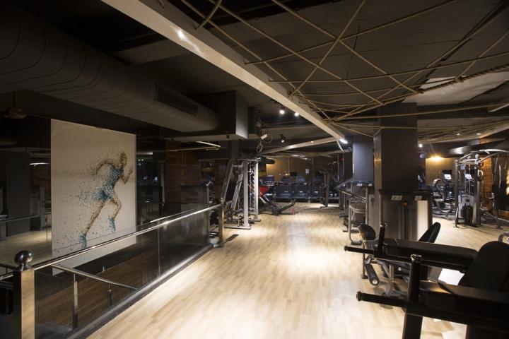 Дизайн фитнес клуба: лестница вниз