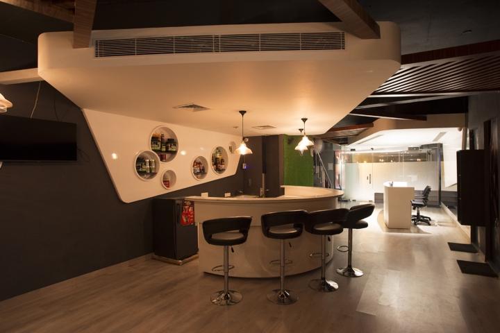 Дизайн фитнес клуба: потолок переходит в стену