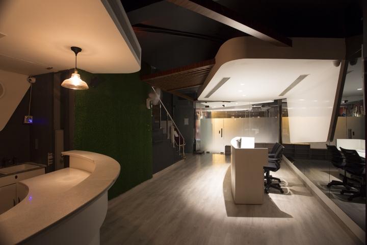 Дизайн фитнес клуба: зеленая стена в интерьере