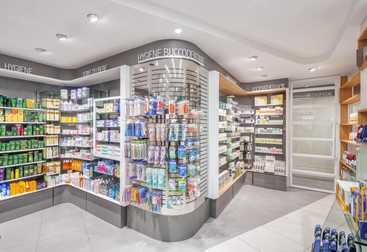 Дизайн интерьера аптеки: стеллажи и полочки из натуральной древесины