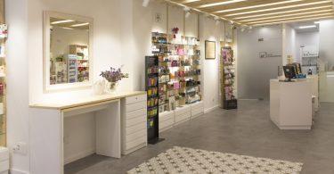 Интересный дизайн интерьера аптеки от La i