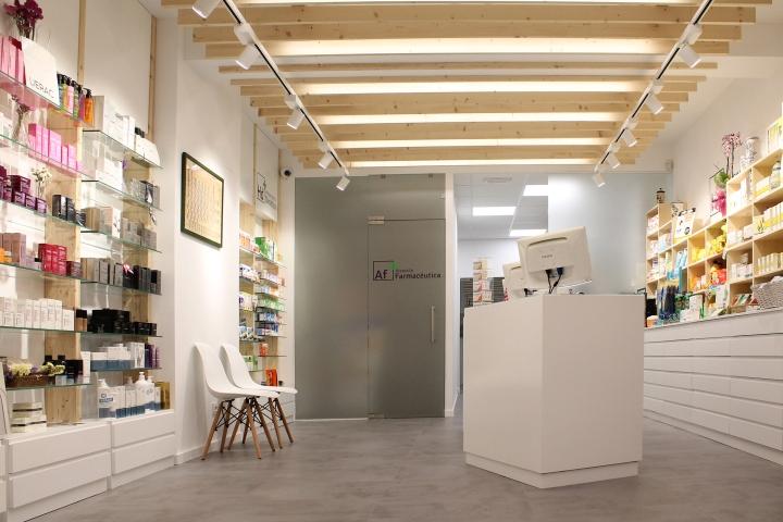 Деревянные потолочные балки в дизайне интерьера аптеки