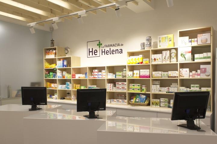 Деревянный стеллаж в дизайне интерьера аптеки