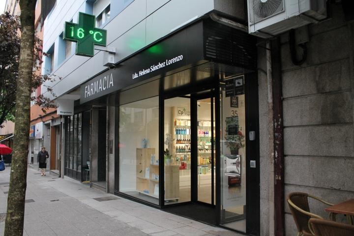 Чёрный фасад здания аптеки