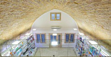 Дизайн интерьера аптеки с каменным потолком