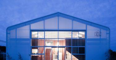 Три архитектурные студии создали проект переоборудования здания и интерьера склада в детский сад (Итихара, Япония)