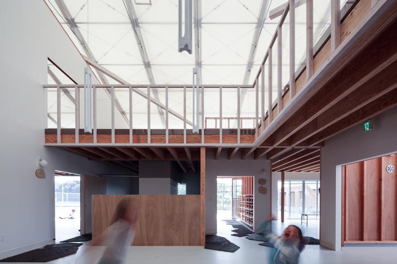 Белый потолок в дизайне интерьера детского сада