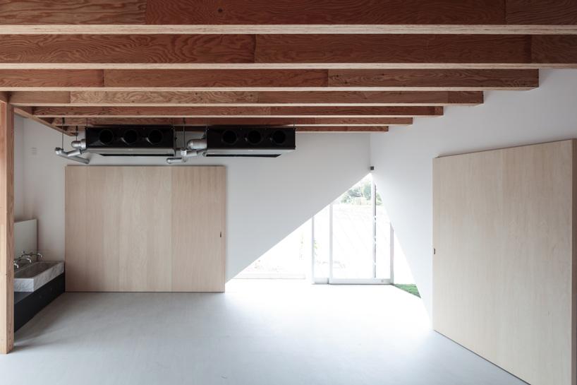 Деревянные потолочные балки в дизайне интерьера детского сада