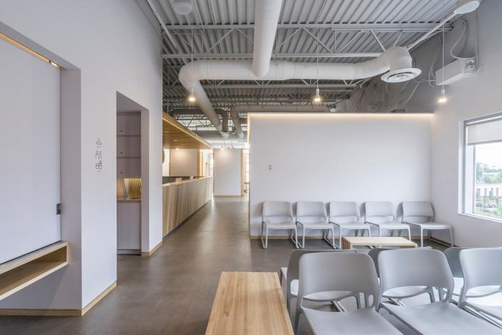 Дизайн интерьера клиники: множество мест для ожидания