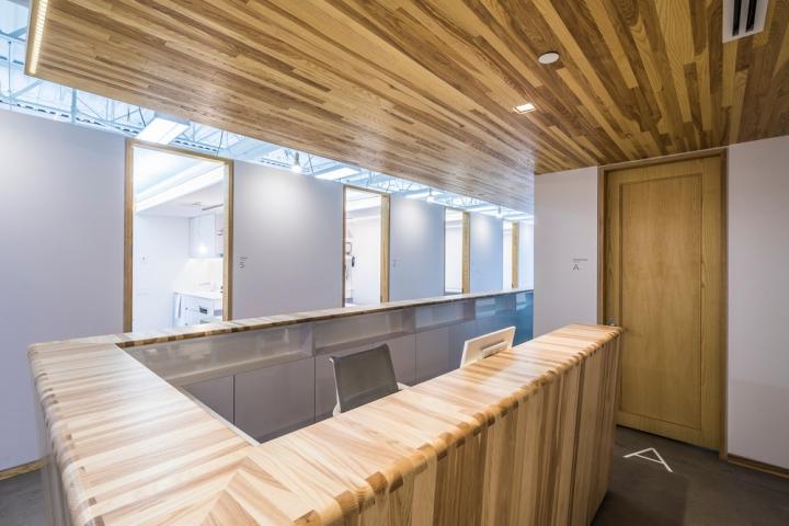 Дизайн интерьера клиники: деревянная отделка потолка стойки