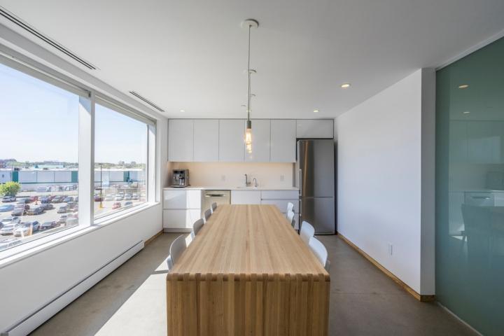 Дизайн интерьера клиники: большие окна в кабинете