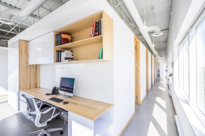 Дизайн интерьера клиники: светлый корридор