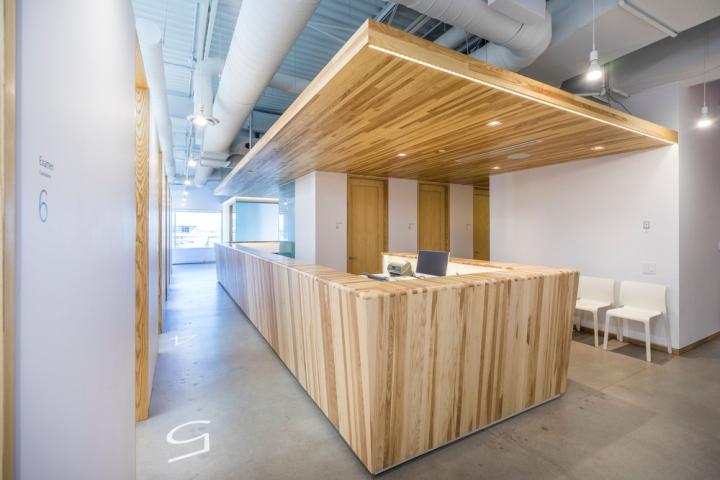 Дизайн интерьера клиники: стойка ресепшена с деревянной отделкой