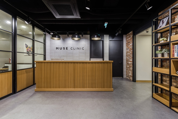 Чёрный потолок со светильниками-прожекторами в интерьере клиники