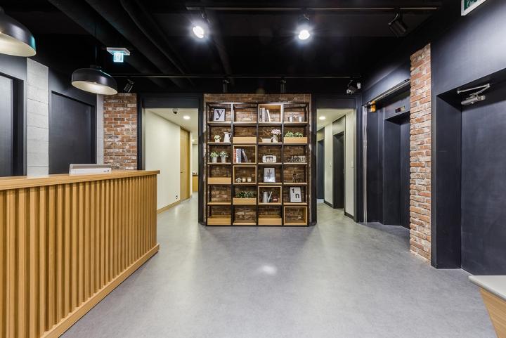 Дизайн стеллажа в интерьере клиники