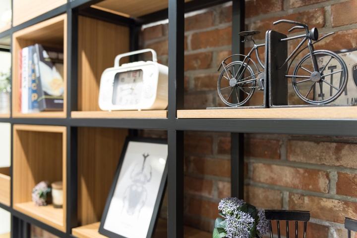 Оригинальные предметы декора на полках стеллажа в интерьере клиники - Фото 1