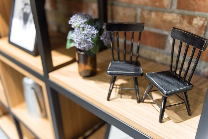 Оригинальные предметы декора на полках стеллажа в интерьере клиники - Фото 2