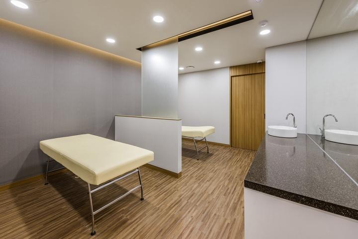 Светлые смотровые в бело-сером цвете в интерьере клиники