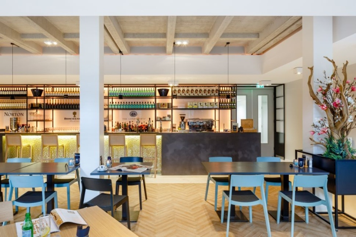 Дизайн интерьера кулинарной школы: стулья голубого цвета