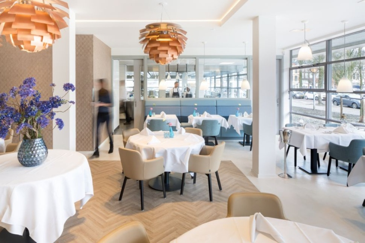 Дизайн интерьера кулинарной школы: аккуратные столики