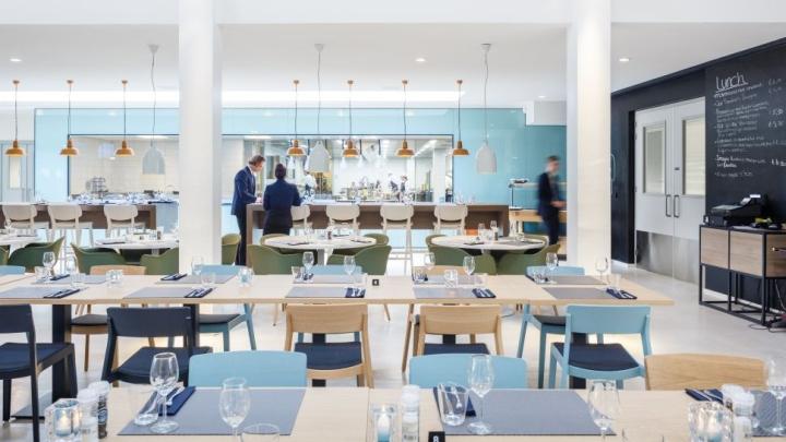 Дизайн интерьера кулинарной школы: контраст в декоре